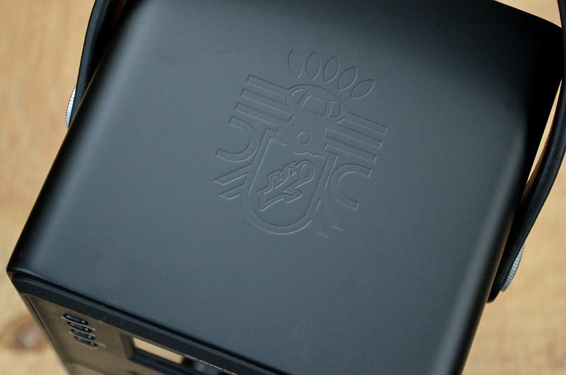 Zum edlen Look der Block-Geräte gehört auch das geprägte Hersteller-Emblem in der Oberseite des Gehäuses.