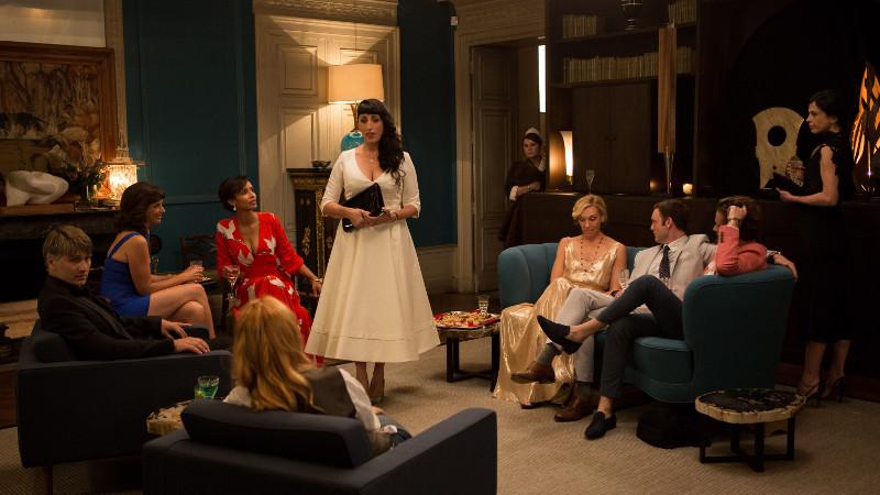Das Hausmädchen Maria (Rossy de Palma) muss widerwillig an einer Dinnerparty teilnehmen. (© Studiocanal)