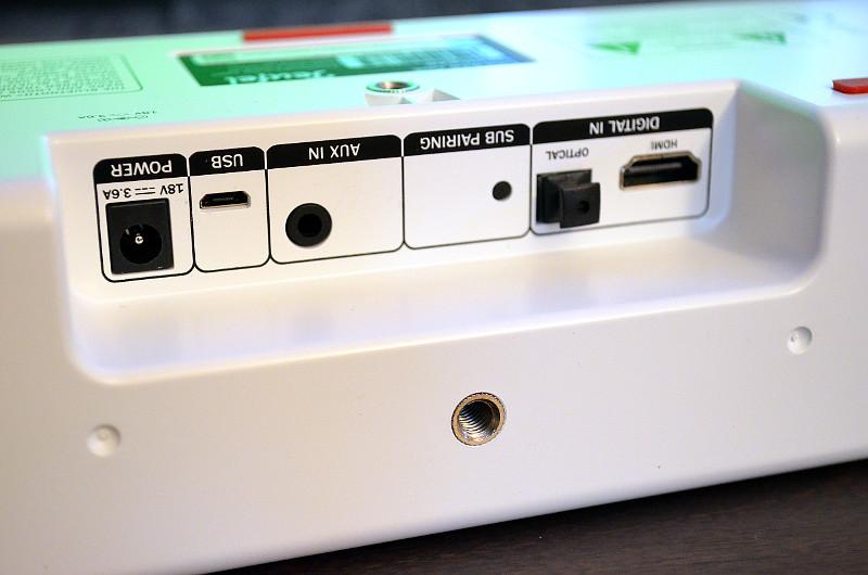 Die 300 Gramm leichte Cinebar One kann über zwei integrierte Gewinde auch auf Stative oder Wandhalterungen montiert werden.