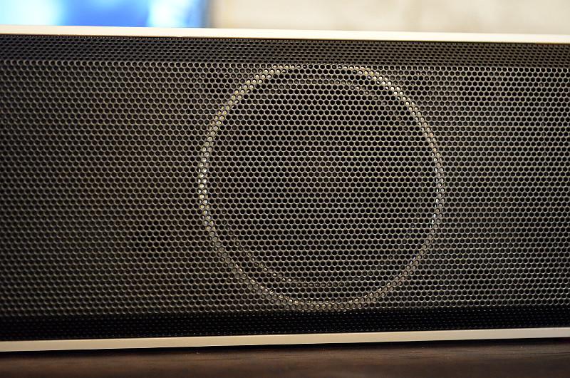 Insgesamt vier Breitbandlautsprecher ermöglichen der kompakten Soundbar einen sehr ausgewachsenen Klang.