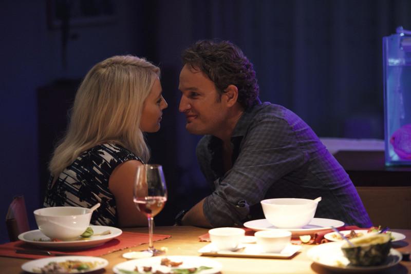 Gina (Blake Lively) und James (Jason Clarke) führen eine fast perfekte Ehe. (© Universum Film)