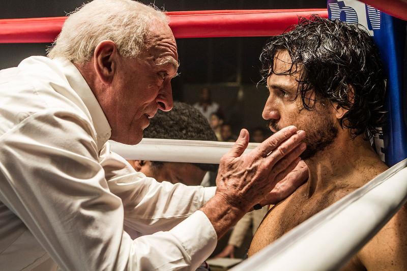 Trainerlegende Ray Arcel (Robert De Niro) nimmt den jungen Boxer Roberto Durán (Édgar Ramírez) unter seine Fittiche. (© Ascot Elite)