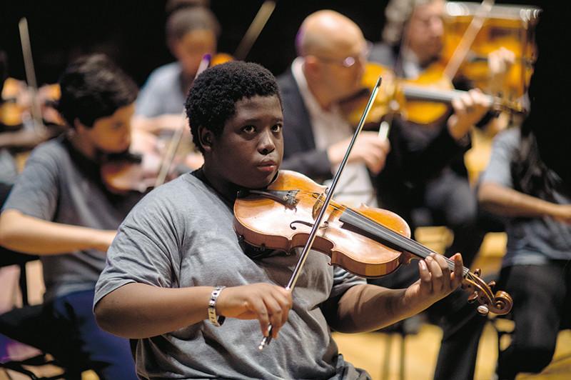 Die Schüler unterschiedlichster Herkunft werden in einem Banlieu von Paris vom Violinisten Simon Daoud unterrichtet. (© Prokino)