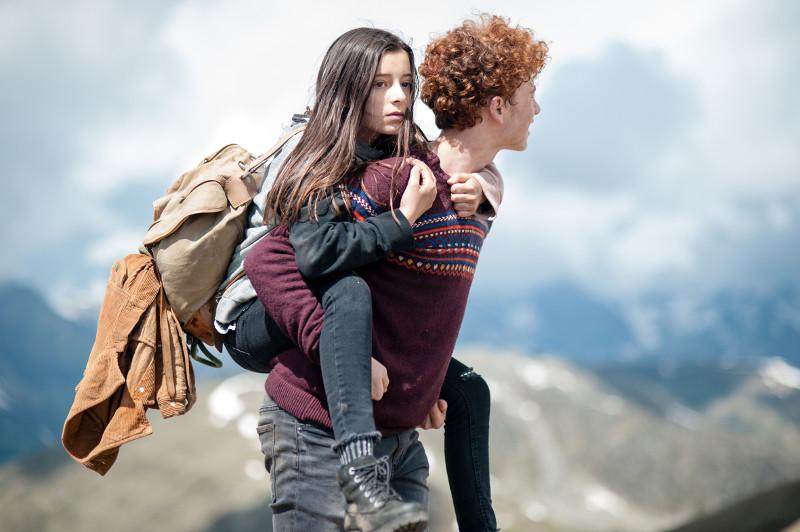 Doch dann taucht der einheimische Jugendliche Bart (Samuel Girardi) auf und schafft es, Amelie aus der Reserve zu locken ... (© Lighthouse Home Entertainment)