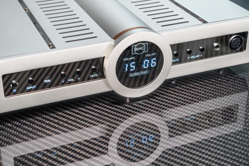 Modern und markant: Der B.M.C. Audio UltraDAC gehört klanglich zu den besten seiner Zunft und glänzt optisch mit seiner Kombination aus Aluminium-Gehäuse, verspiegelter Front und Display-Illumination.