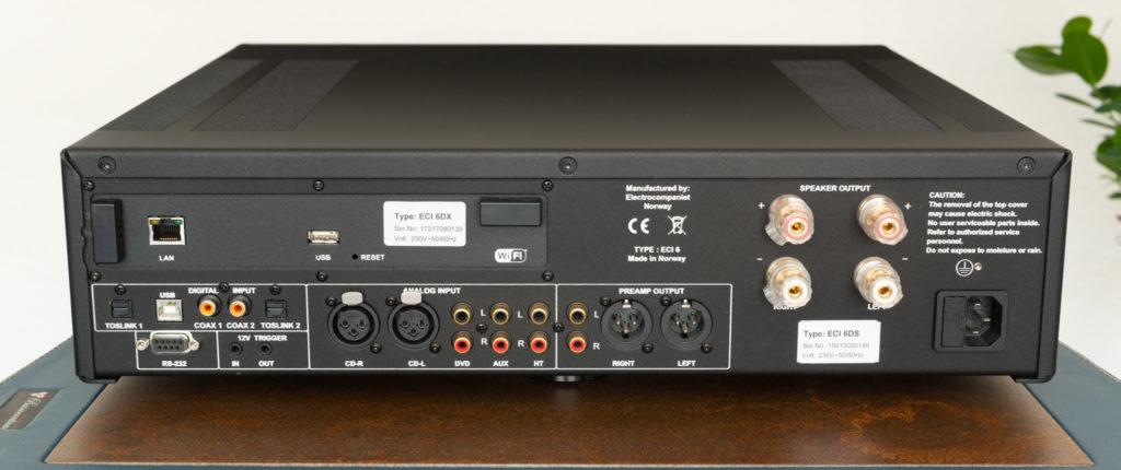 Ein Blick auf die Rückseite des ECI 6DX verrät: Der Verstärker ist äußerst umfangreich bestückt.