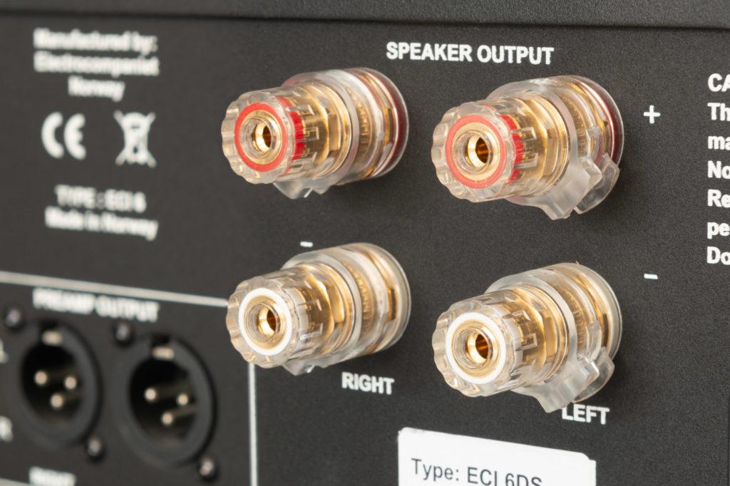 Über zwei Paar robuster Schraubklemmen nimmt der ECI 6DX Kontakt zu den Lautsprechern auf.