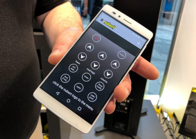 Wie alle anderen nuPro-X-Modelle lässt sich die nuPro X-8000 wahlweise über die mitgelieferte Fernbedienung oder per Smartphone-App steuern.