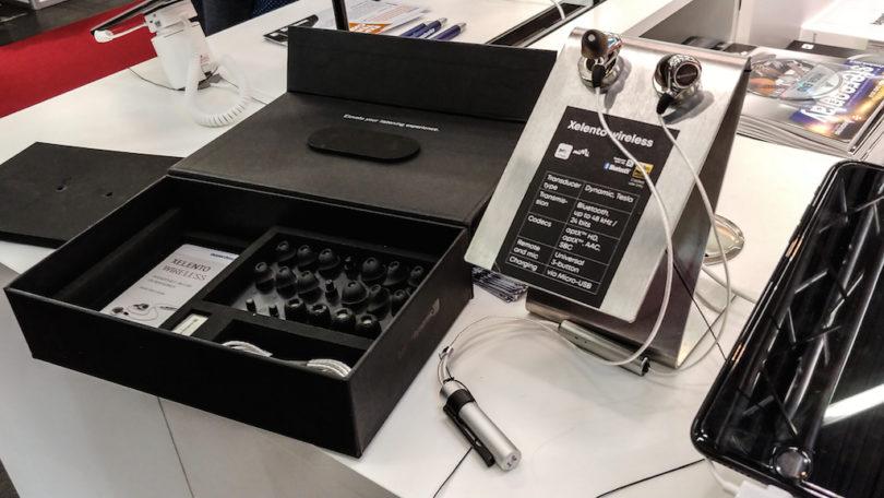 … dazu glänzt der audiophile Beyerdynamic Xelento Wireless mit umfangreichem Zubehör, besitzt einen stylischen Akku, bietet natürlich eine Fernbedienung mit Mikrofon und wird in einem edlen Etui verstaut (Preis: 999 Euro).