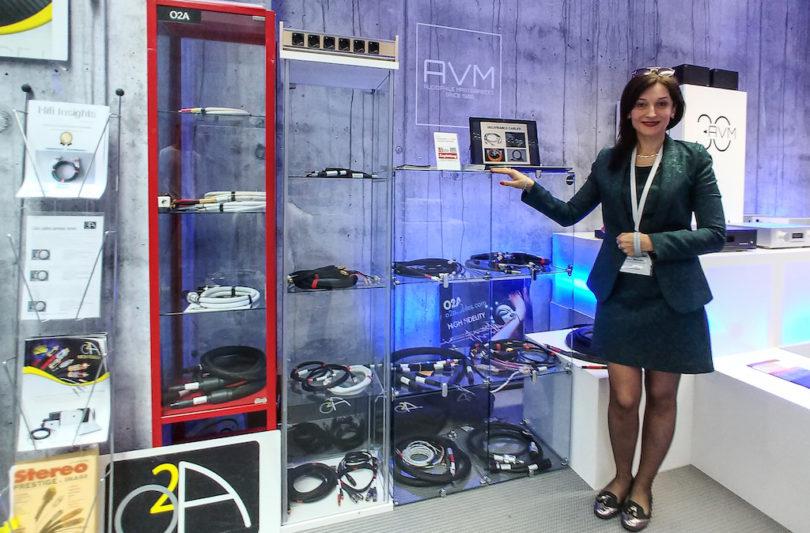 Anna Robathin, Ingenieurin und Kopf von O2A, präsentiert auf der High End ihr Kabel-Portfolio, das Sortiment umfasst mehrere Linien und reicht vom Netzkabel bis zum Lautsprecherkabel.