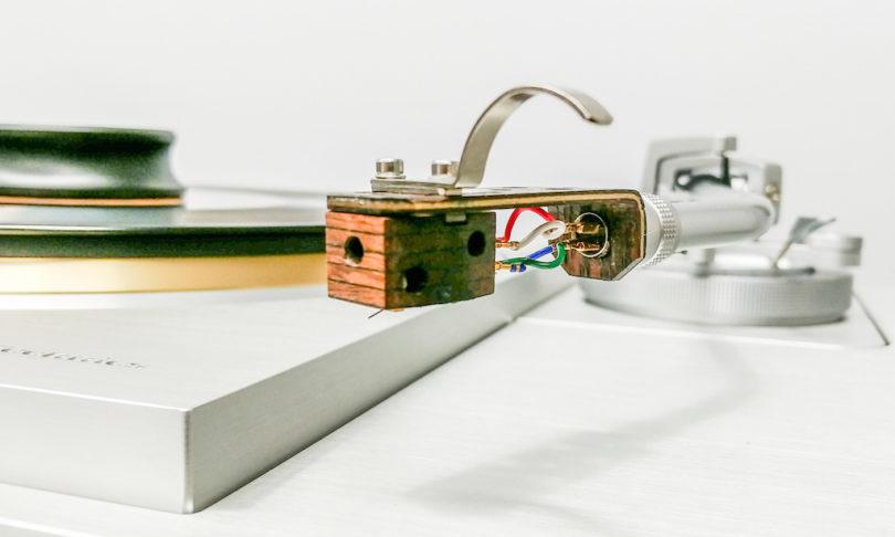 SteinMusic ist auch bei Technics präsent: Deren Plattenspieler-Flagschiff Technics SL 1000 R wird auf der Messe mit SteinMusics Abtastsystem Aventurin 6 MC vorgeführt (Preis: 4.998 Euro), und auch die Verkabelung stammt von der Mülheimer High End-Manufaktur.
