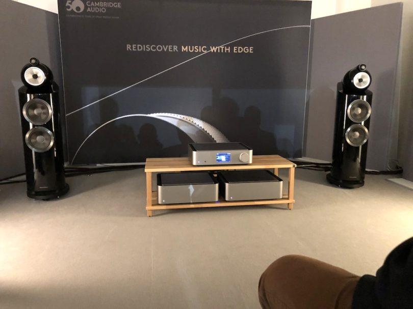 Der Sound in der Vorführung ist nicht weniger als grandios. Abgerundet wird das Setup hier durch die B&W 803. Lieferbar soll die neue Edge-Serie hierzulande ab Oktober 2018 sein.