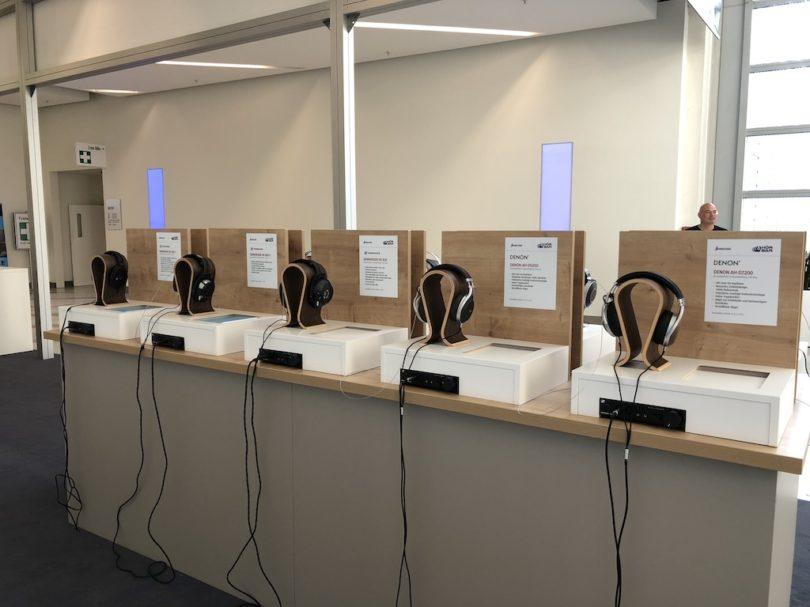 Ausprobieren - herstellerübergreifend: Die im Foyer platzierte Hörbar bietet Besuchern die Möglichkeit verschiedene Kopfhörer im direkten Vergleich zu hören.