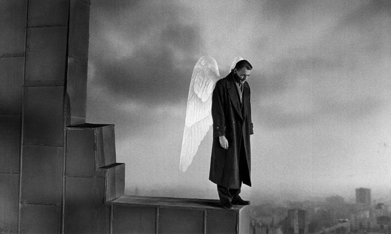 Der Engel Damiel (Bruno Ganz) wandelt in Begleitung seines himmlischen Kollegen Cassiel (Otto Sander) durch das geteilte Berlin. (© Studiocanal)