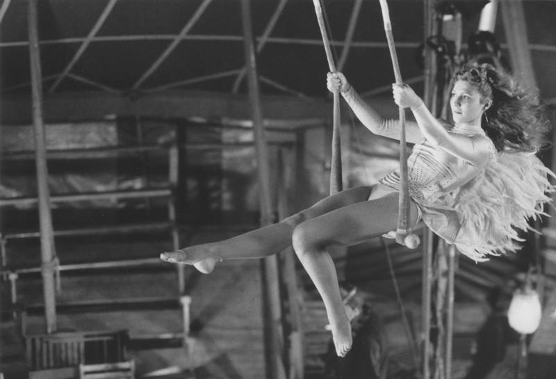Eines Tages verliebt sich Damiel in die Trapezkünstlerin Marion (Solveig Dommartin). (© Studiocanal)