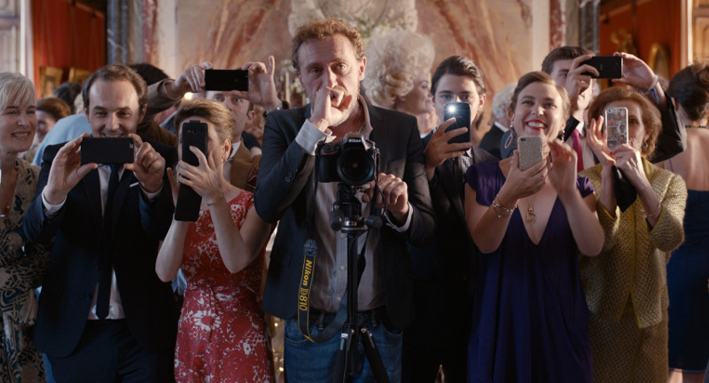 Ebenso mies gelaunt ist Fotograf Guy (Jean-Paul Rouve), der sich durch Smartphones ersetzt fühlt und sich lieber dem Buffet widmet. (© Universum Film)