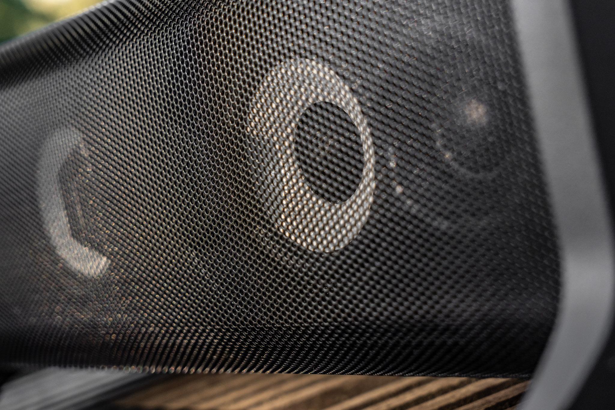 Das hinter dem feinmaschigen Metallgitter platzierte Doppel Zwei Wege System zeigt auch unter höheren Pegeln beeindruckende Leistungen