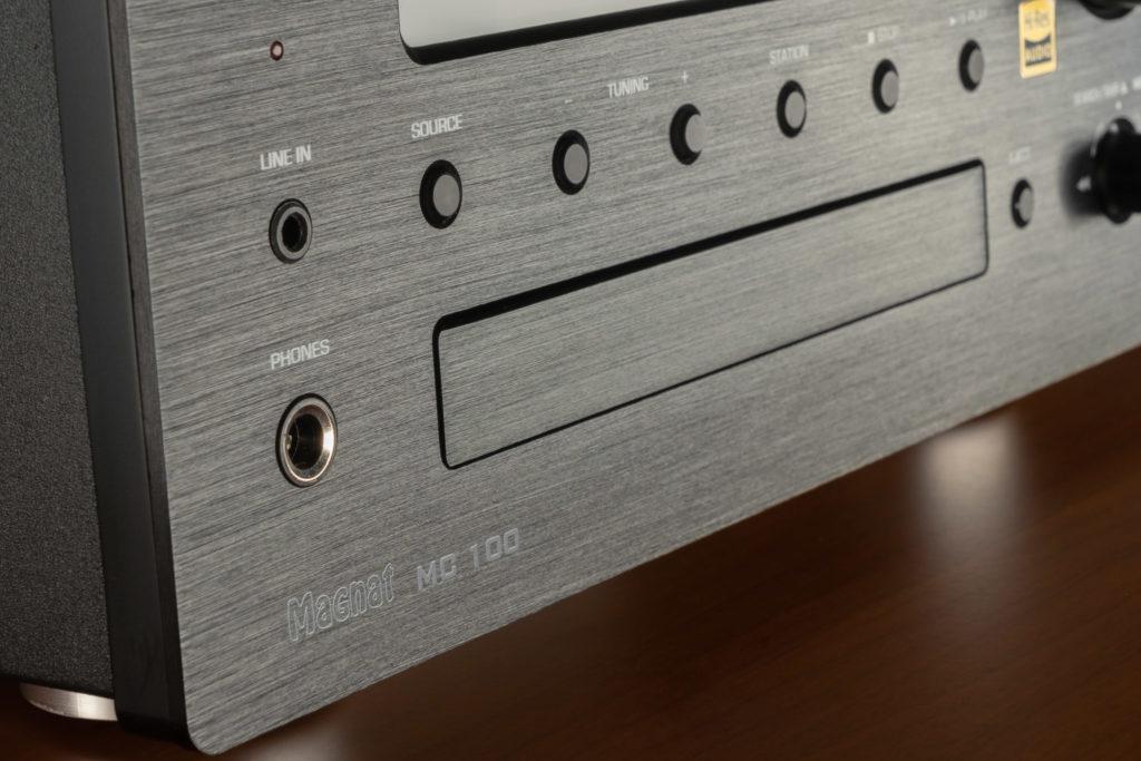 Der MC 100 macht mit modernen Features und einer Front aus gebürstetem Aluminium eine hervorragende Figur.