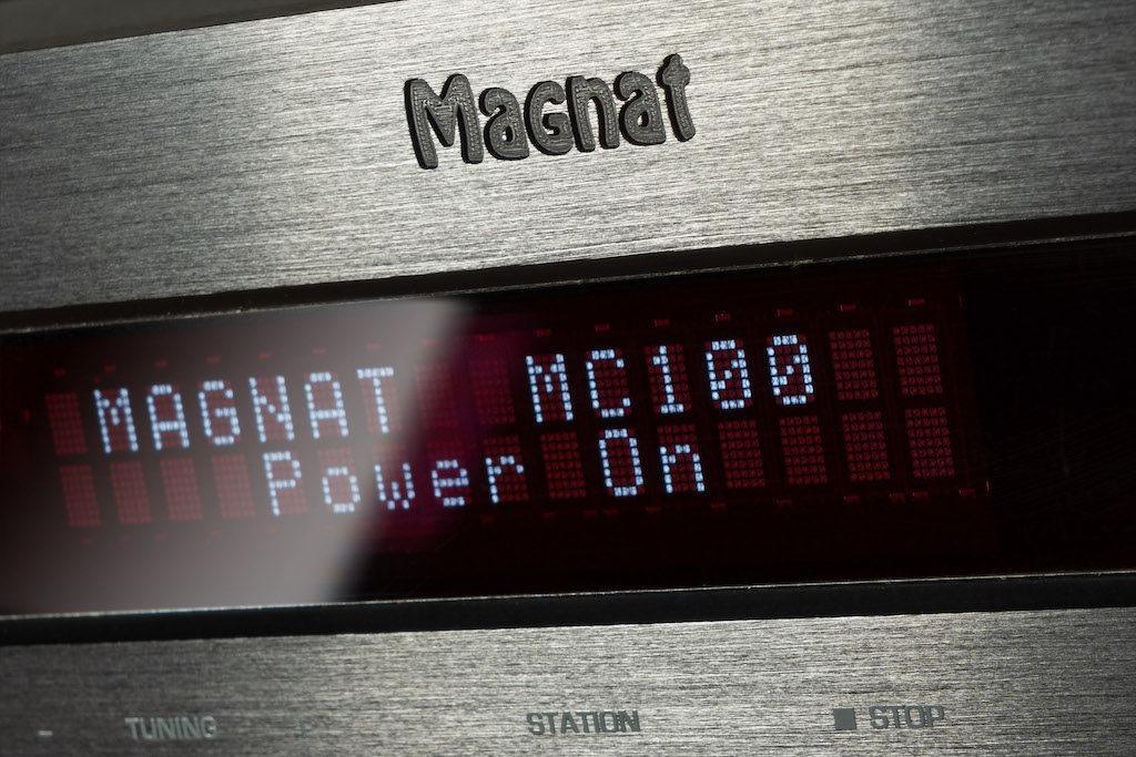 Das Display des MC 100 ist in drei Stufen dimmbar und überzeugt mit scharfer und gut lesbarer Schrift.