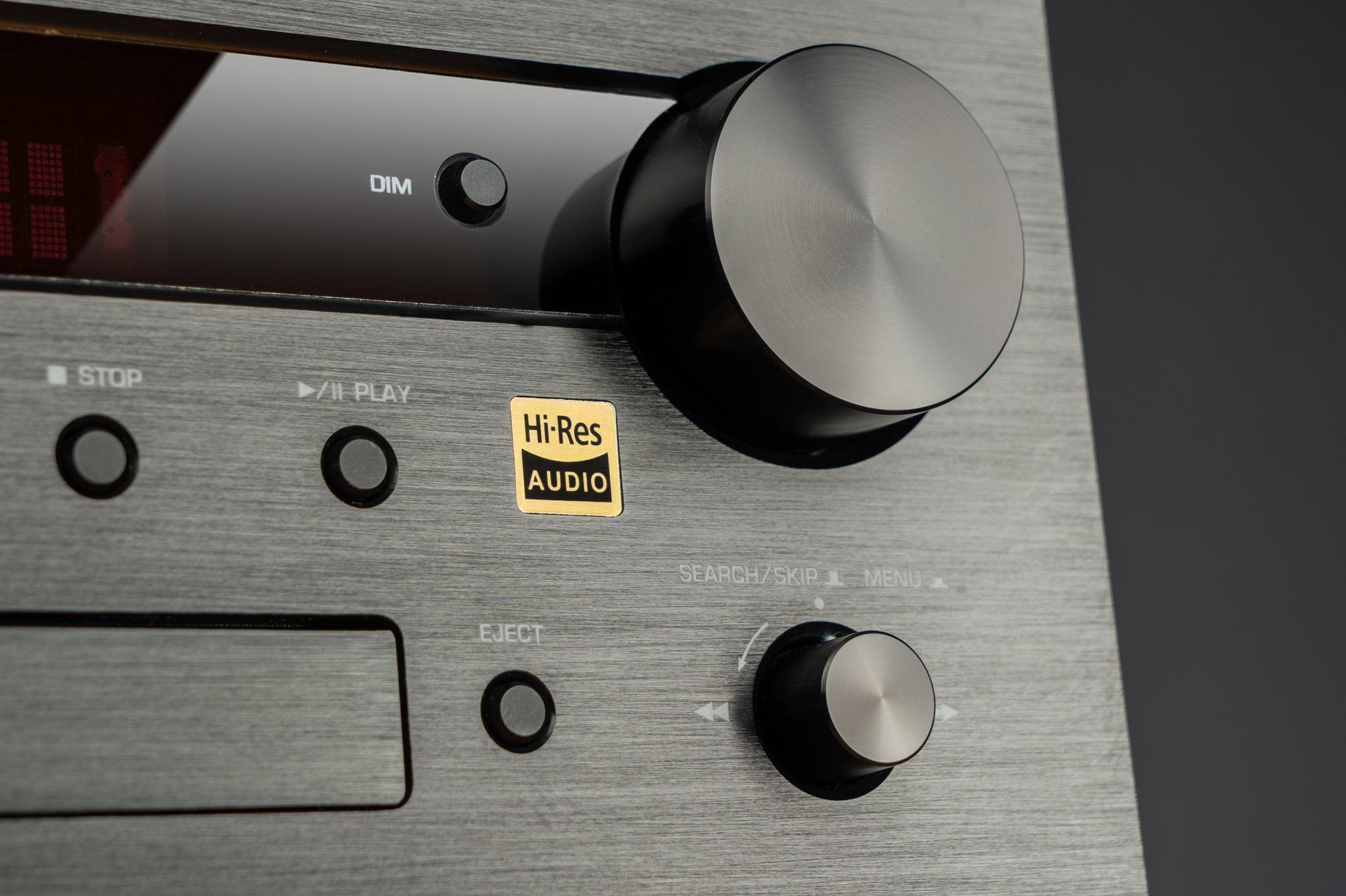 Der edle Look des MC 100 kombiniert gebürstetes Aluminium mit eleganten Bedienelementen.