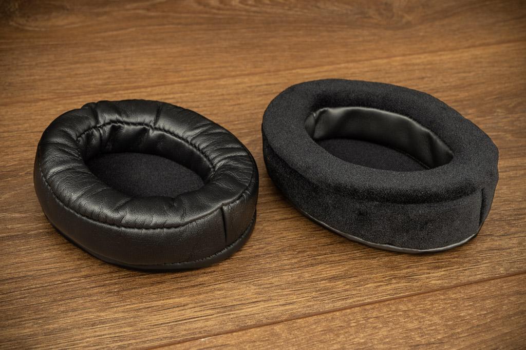 Die bequemen Ohrpolster lassen sich zum Reinigen abnehmen. Zum Lieferumfang gehört zudem noch ein zweites Set, gemacht aus künstlichem Velours-Leder.