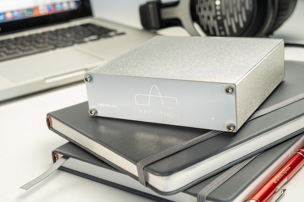 Das schlanke und leichte Aluminium-Gehäuse macht den USB-DAC zum perfekten Spielpartner für Laptops und Computer.