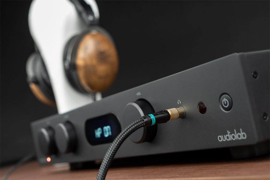Der frontseitig platzierte Kopfhörer-Anschluss ist in 6,3-Millimeter-Version ausgeführt.