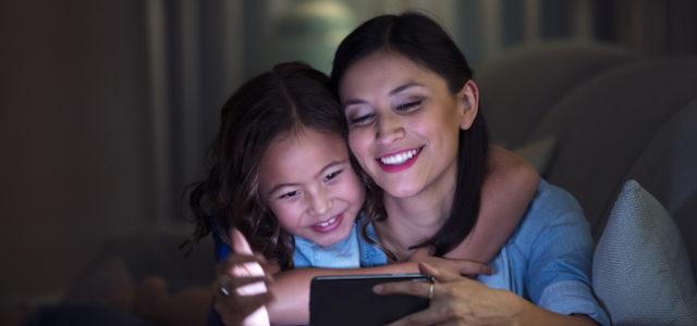 Displayschutzglas Glass+ VisionGuard filtert schädliches HEV-Licht bei Smartphones