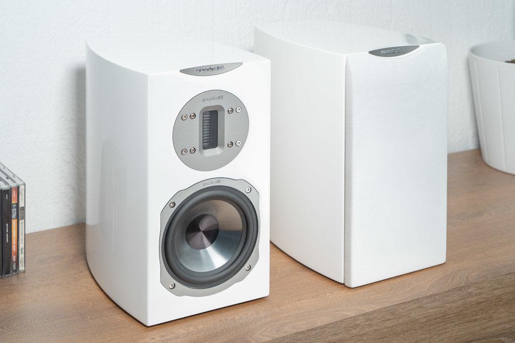 Perfekte Partner: Die Chromium Style 2 von Quadral vervollständigen mit dem MyConnect 50 ein hervorragend abgestimmtes Stereo-Setup.