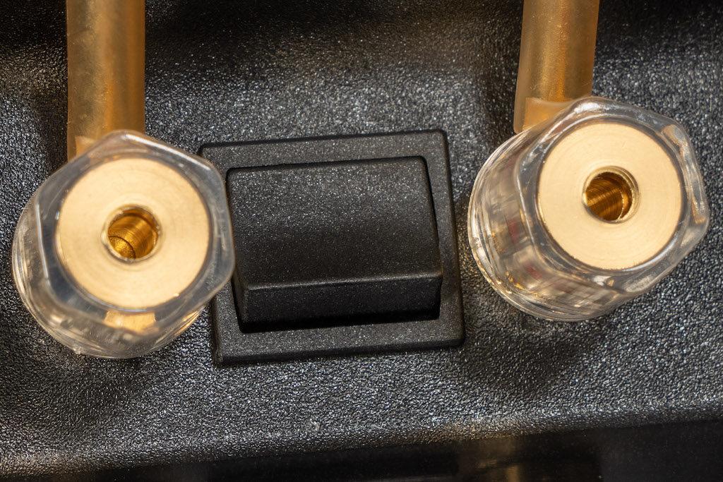 Dank Kippschalter zwischen den Kabelklemmen kann der Klang der nuLine 264 feinjustiert werden.
