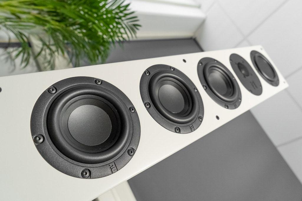 Ein kraftvoller Tiefton ist untrennbar mit Nubert-Lautsprechern verbunden. Die nuLine 264 trumpft im Bassbereich mit einer dementsprechend üppigen Bestückung auf.