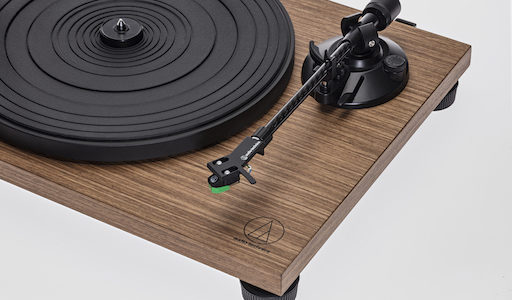 Plattenspieler-Duo im Holz-Design: Audio-Technica AT-LPW40WN und AT-LPW30TK