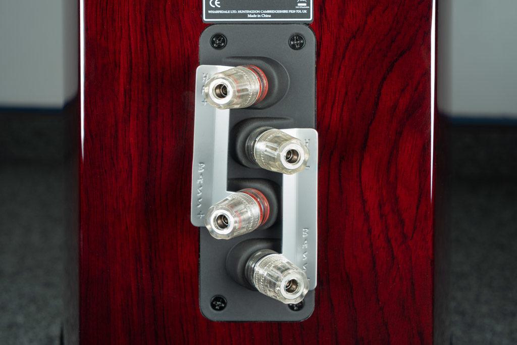 Das hochwertige Bi-Wiring-Terminal der Reva-4 punktet durch angewinkelte und deshalb gut zugängliche Anschlussklemmen.