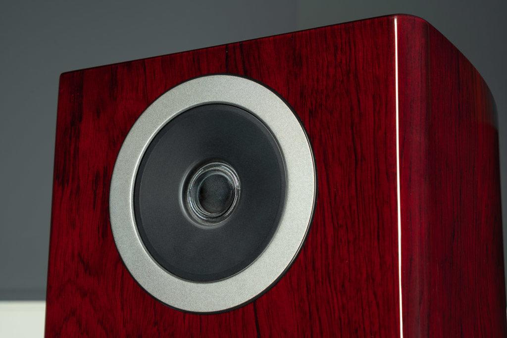 Die Schallwand der Reva-4 weiß zu gefallen: Die abnehmbare Frontblende hält magnetisch, unschöne Schrauben oder Löcher sind daher nicht zu sehen.