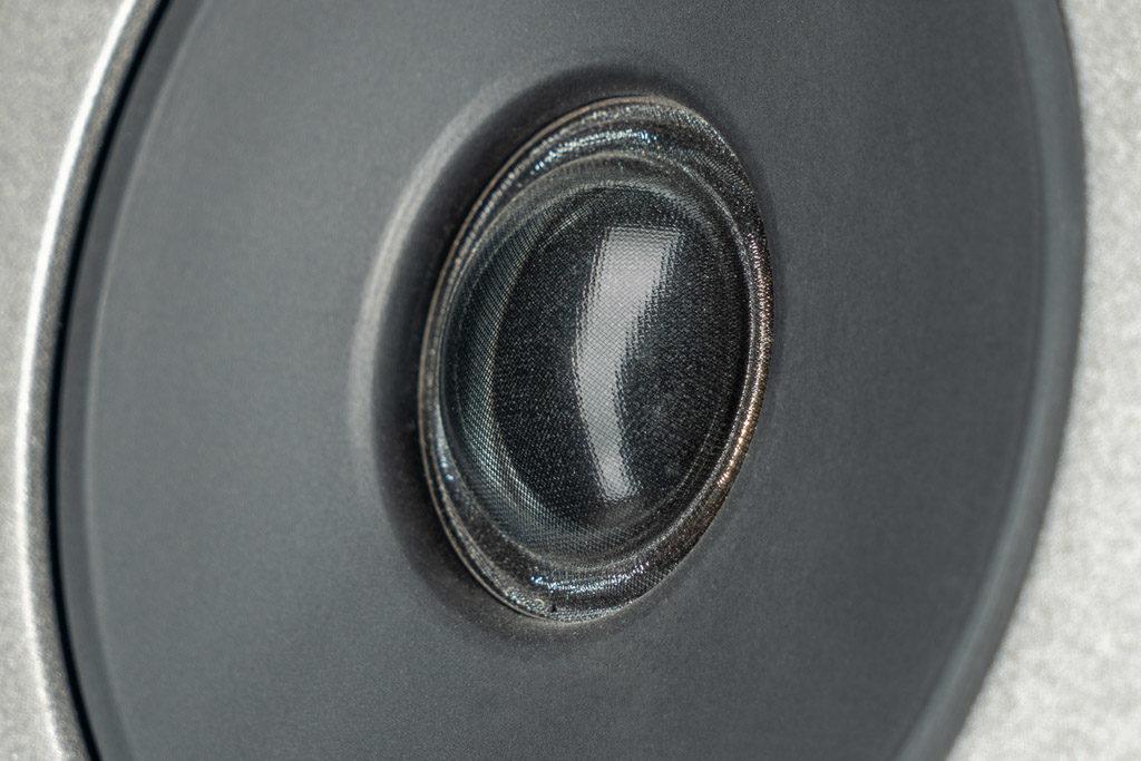 Der Gewebe-Hochtöner hebt sich nicht nur in der Größe sondern auch bei der Materialwahl von seinen Mitspielern ab.