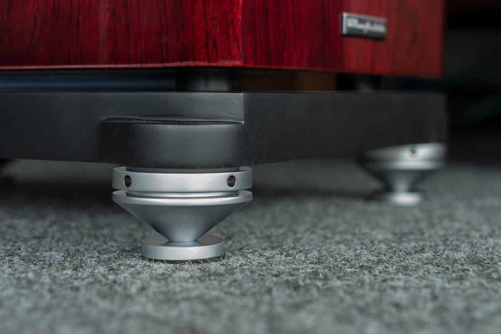 Die Reva-4 steht auf höhenverstellbaren Spikes und - wahlweise - passenden Unterlegscheiben.