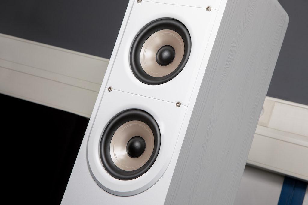 Mit Glimmer verstärkte Mittel-/Tieftöner ermöglichen einen präzisen und verzerrungsarmen Sound.