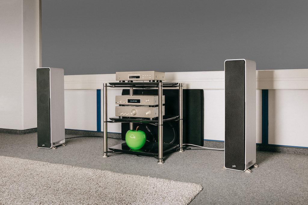 Die HiFi-Kette der kompletten 800NE-Serie füllt klanglich problemlos den Raum, benötigt dabei aber gar nicht mal so viel Platz.