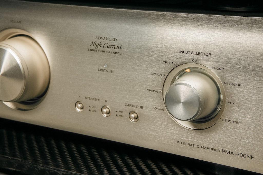 """Die Farbpalette bietet neben Schwarz auch die Ausführung """"Premium Silber"""" - mit leichtem Gold-Touch."""