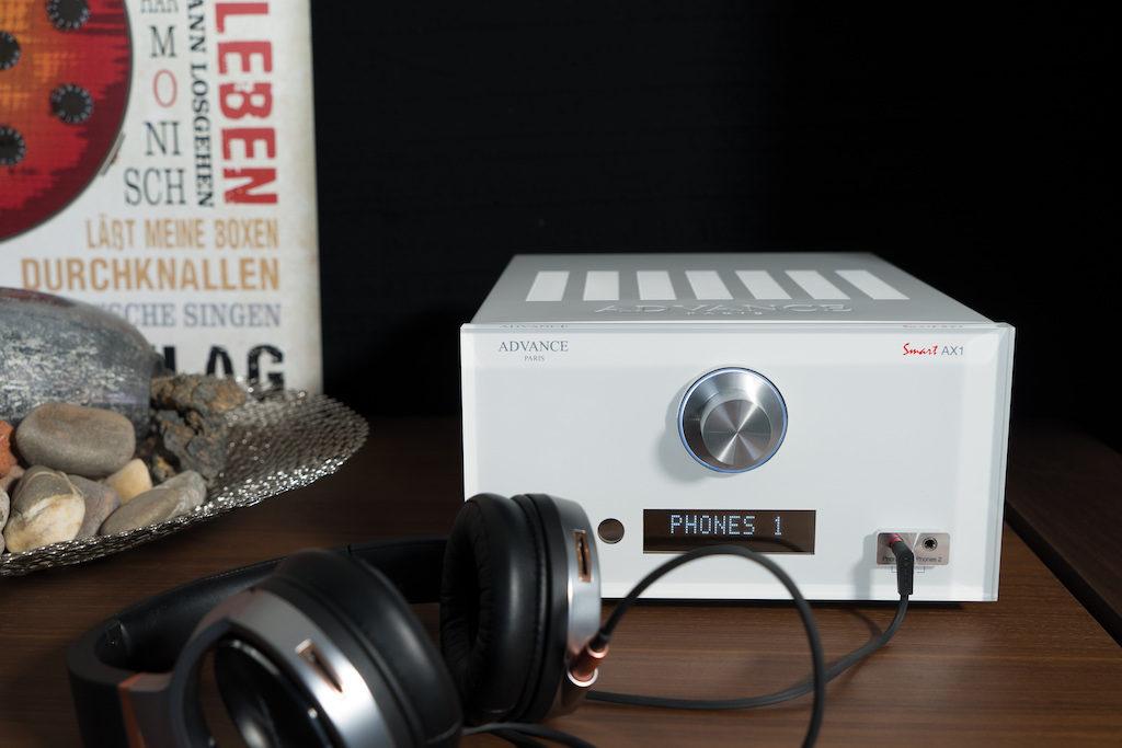 Der AX1 hält in seiner Front gleich zwei Kopfhörer-Anschlüsse bereit.