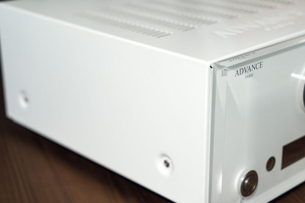 Das Metallgehäuse des AX1 ist - passend zur hochwertigen Acrylglas-Front - mit Hochglanzlack veredelt.