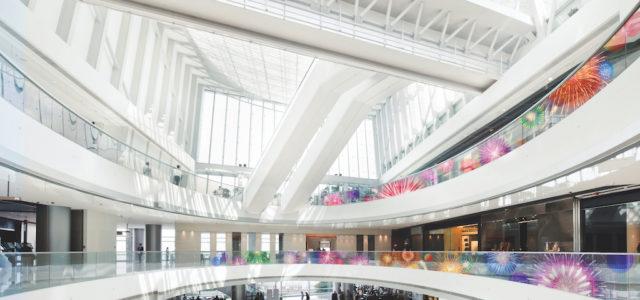 Signage-Revolution: Transparente LED-Farbfolie macht jedes Schaufenster zur Showbühne