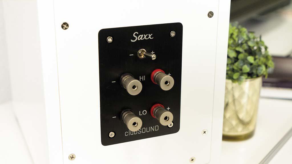 Der Kippschalter auf der Rückseite der CLX 4 ermöglicht die akustische Anpassung an den Einsatzort.
