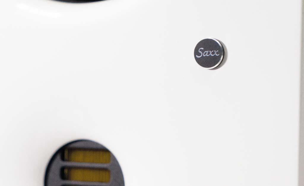 Dezenter Schmuck: Die aufgeräumte Schallwand ziert ein kleines Hersteller-Logo.