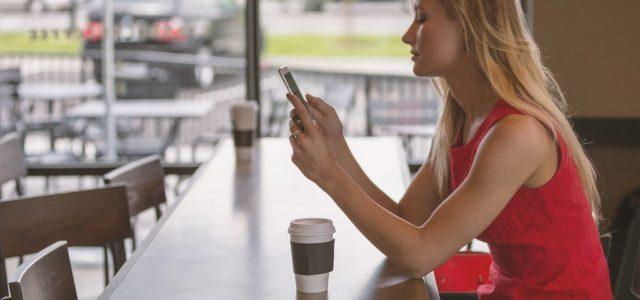 Handy Ladestationen: Warum die Smartphone-Tankstellen immer beliebter werden