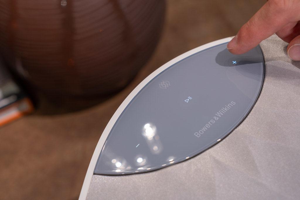 Das Bedienfeld auf der Oberseite des Formation Wedge reagiert dank eines Sensors mit beleuchteten Tasten auf eine sich nähernde Hand.