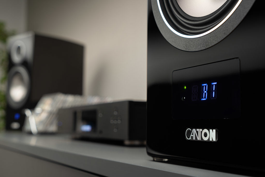 Das maximal dreistellige LED-Display gibt großformatig und gut lesbar Auskunft über die Quellen und Menüpunkte.