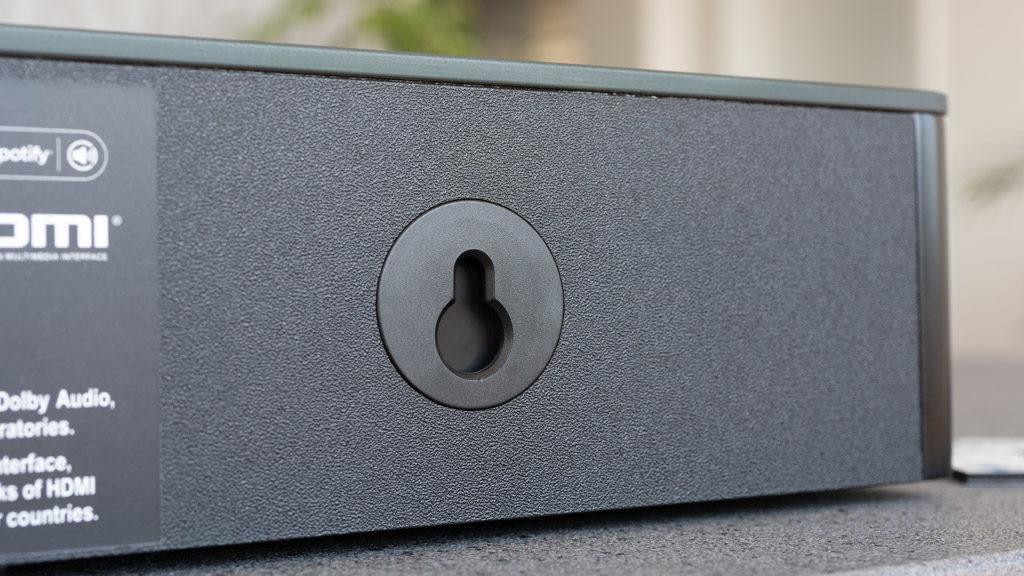 Die schlanke Smart Soundbar 9 benötigt nicht viel Stellfläche und ist dank Schlüssellochaufhängung auch für die Wandmontage präpariert.