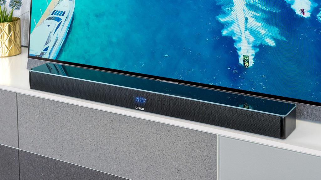 Die Smart Soundbar 9 ist so flach, dass sie auch hervorragend direkt vor dem Fernseher platziert werden kann.