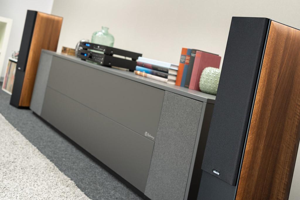 Zum Schutz der Treiber sind die Nota 550 X mit einer abnehmbaren, schwarzen Stoff-Blende ausgestattet.